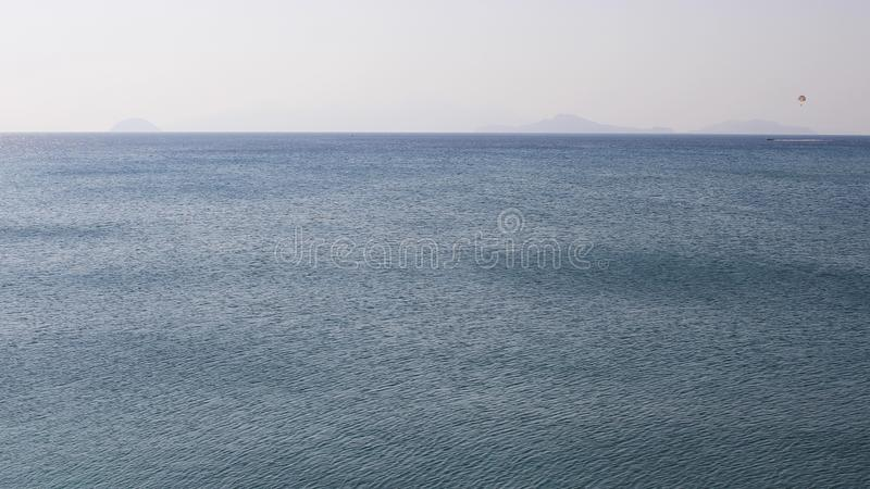 Stille Golven op Enorme Overzeese Horizon royalty-vrije stock foto