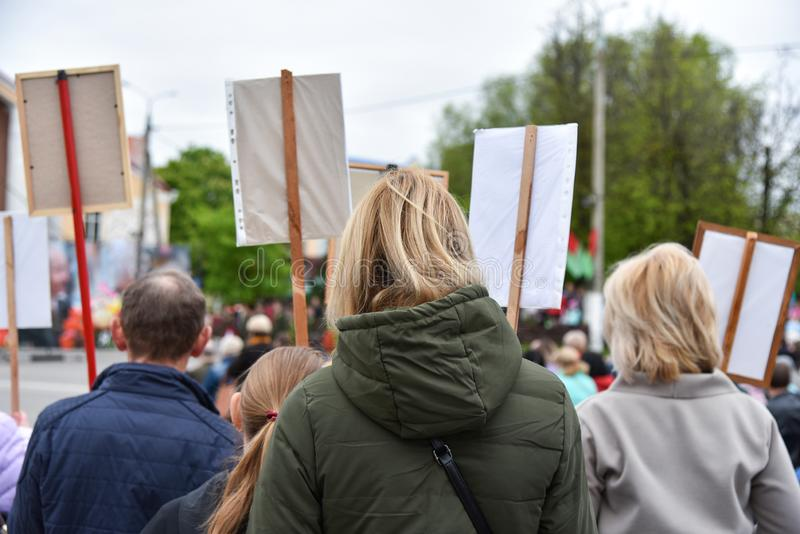 Stille Protestaktion in Weißrussland, Demonstration mit Plakaten stockfotografie