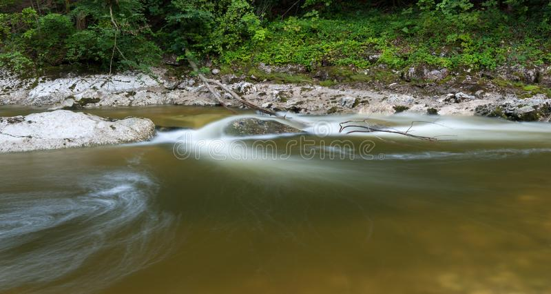 Stille rivier Rettenbach in de zomer, lange blootstelling royalty-vrije stock foto