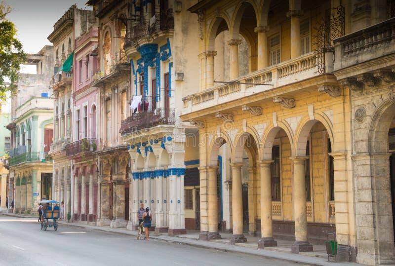 Stille straat-scène van Havana, Cuba onder de koloniale architectuur stock afbeelding