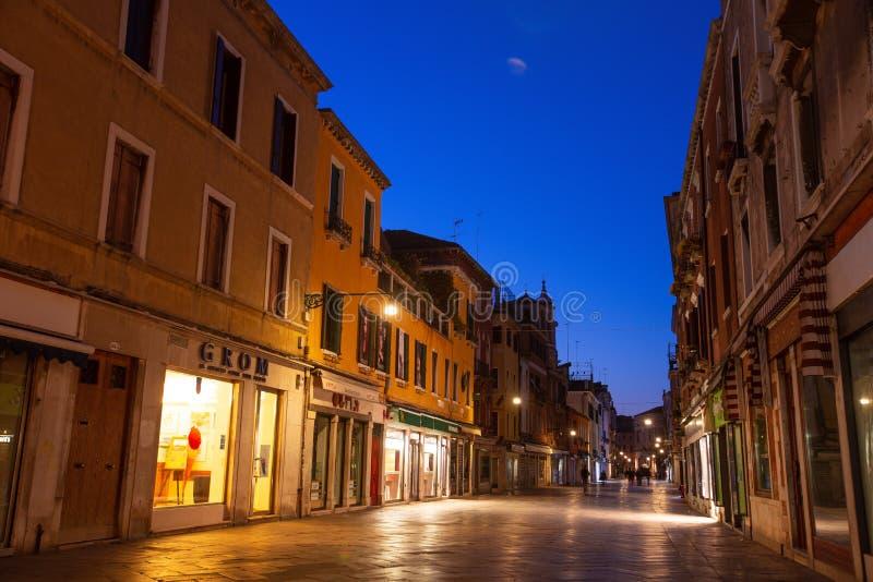 Stille straat in Venetië, Italië, bij nacht stock afbeeldingen