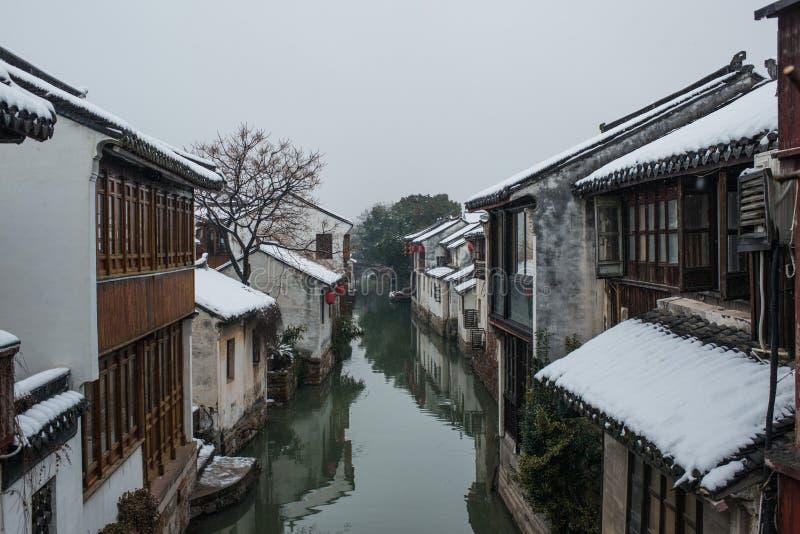 Stille van de het waterstad van China oude het dorpssneeuw, in zhouzhuang, suzhou stock afbeelding