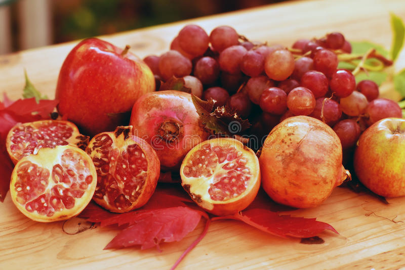 Stilleben av hösten bär frukt, med äpplen, druvor och granatäpplet arkivfoto