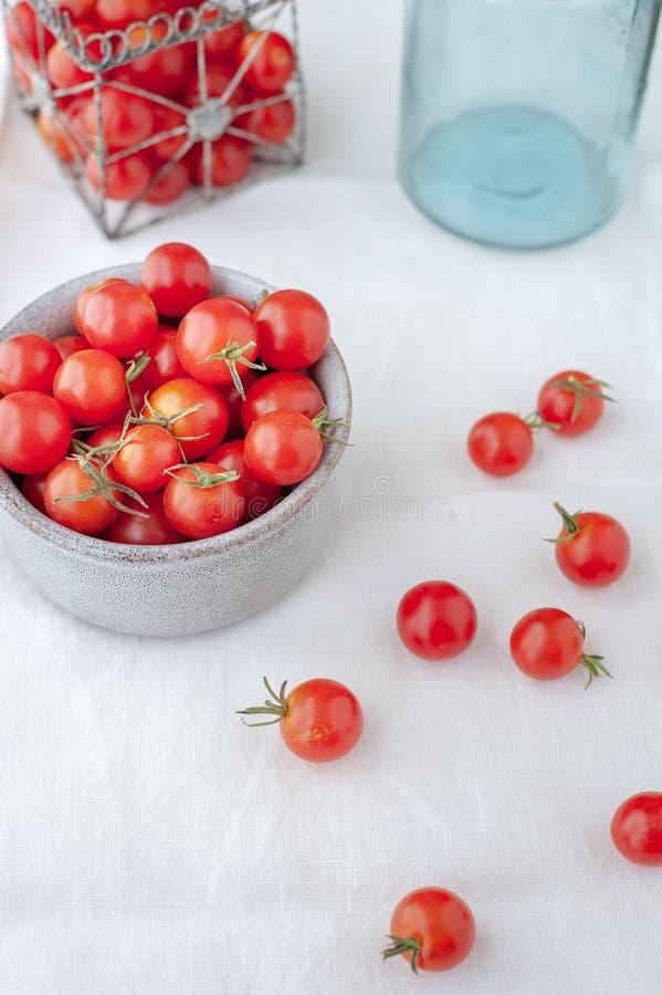 Stilleben av körsbärsröda tomater i en bowl/ royaltyfri bild