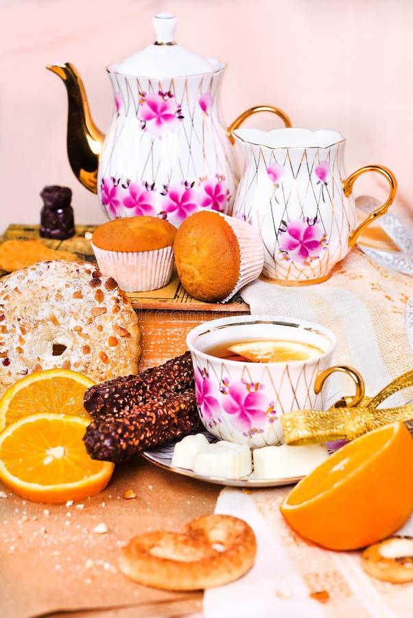 Stilleben av kexar, sötsaker, choklader och te arkivfoto
