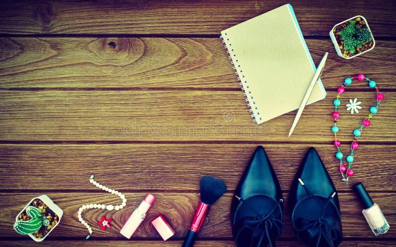 Stilleben av modekvinnan Kvinnlig kosmetisk bakgrund _ arkivfoton