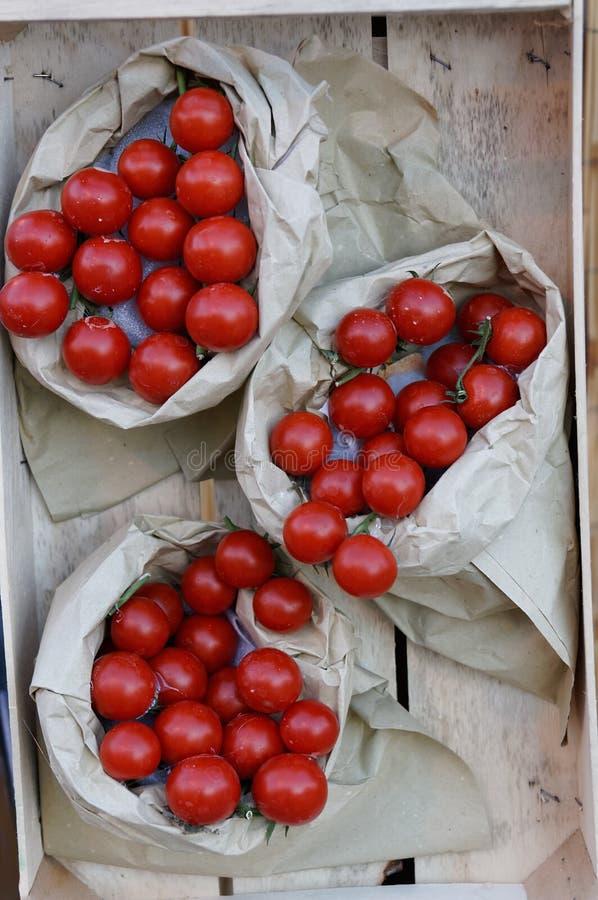 Stilleben av nya tomatsugrörmats Bymässan arkivfoto