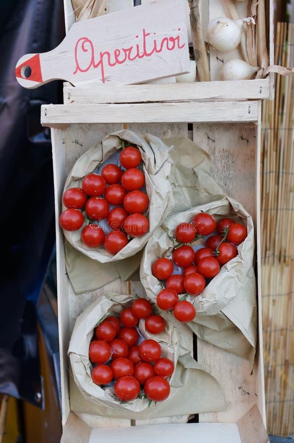 Stilleben av nya tomatsugrörmats Bymässan arkivfoton
