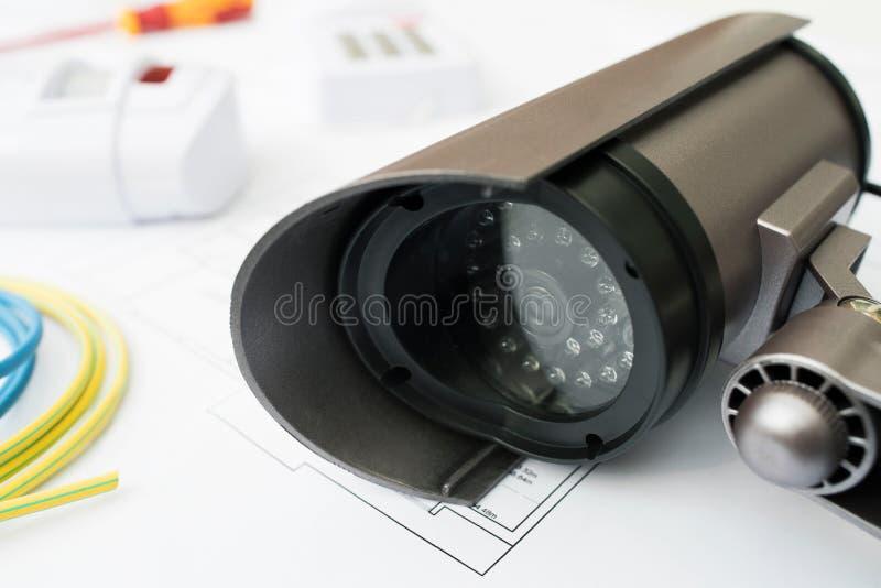 Stilleben av produkter för hem- säkerhet som är ordnade på husplan arkivfoto