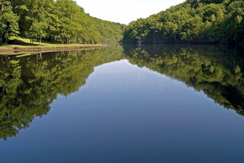Stilleben av sjön Eguzon och skogen, Frankrike arkivbild