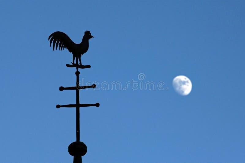 Stilleben av vindflöjeln och månen i blå himmel  fotografering för bildbyråer