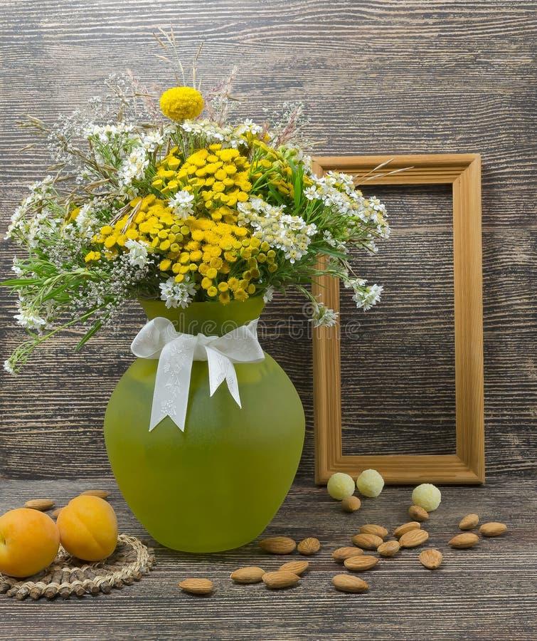 Stilleben blommor, en bukett av blommor i en vas arkivbilder