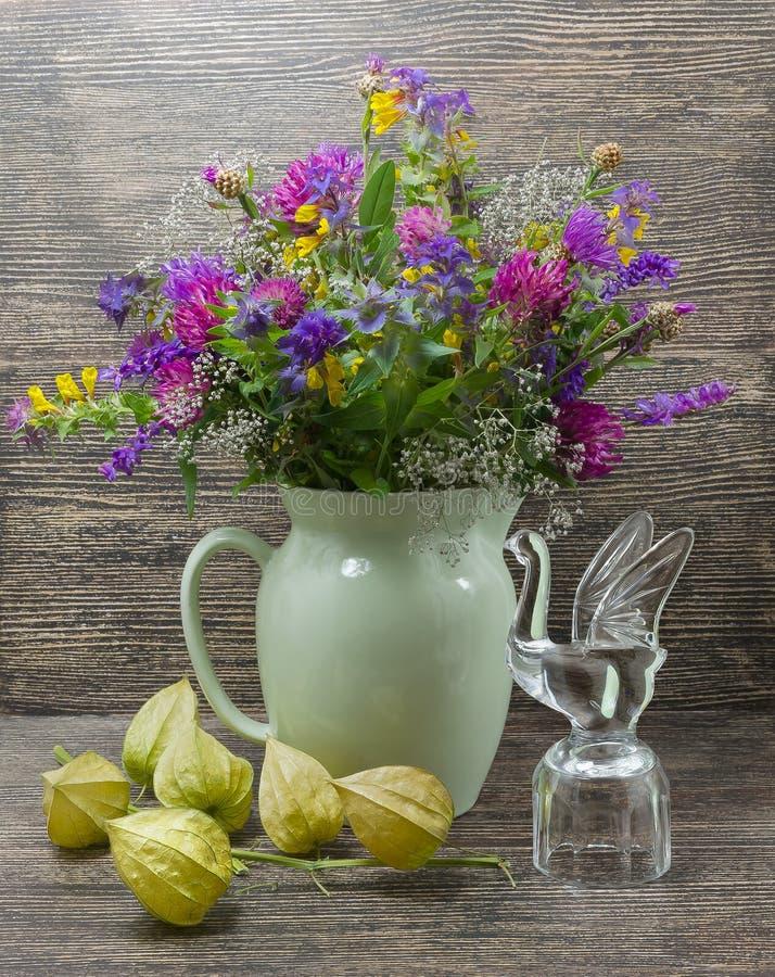 Stilleben blommor, en bukett av blommor i en vas royaltyfri foto