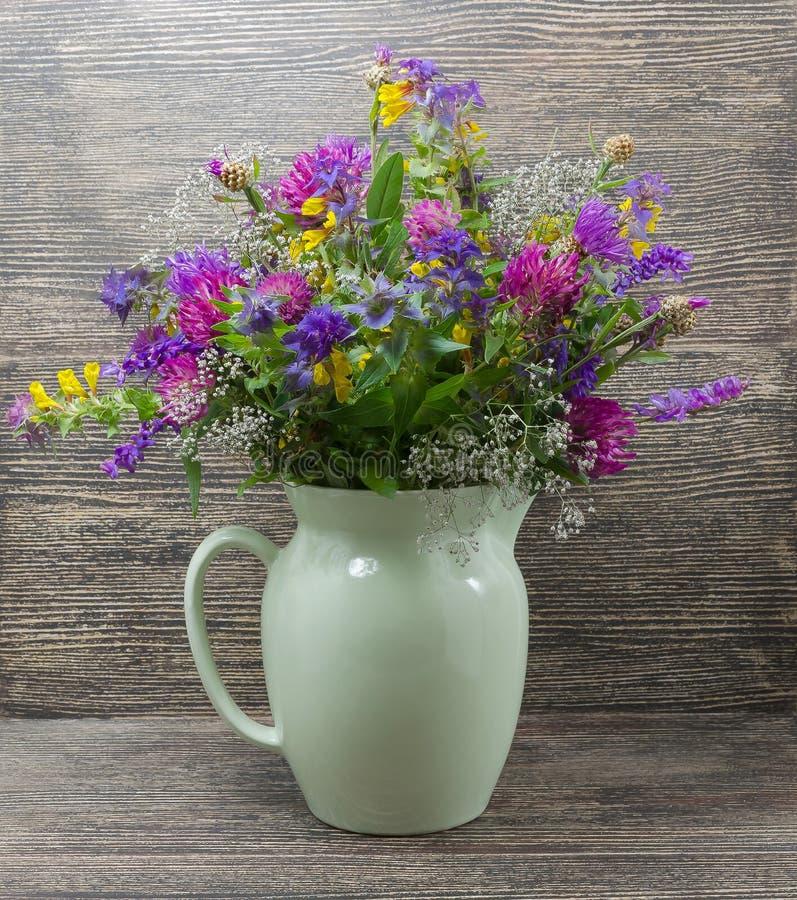 Stilleben blommor, en bukett av blommor i en vas arkivfoto