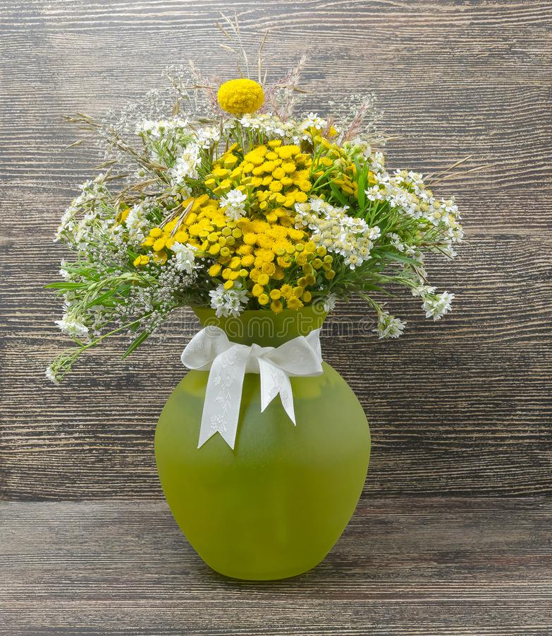 Stilleben blommor, en bukett av blommor i en vas royaltyfri fotografi