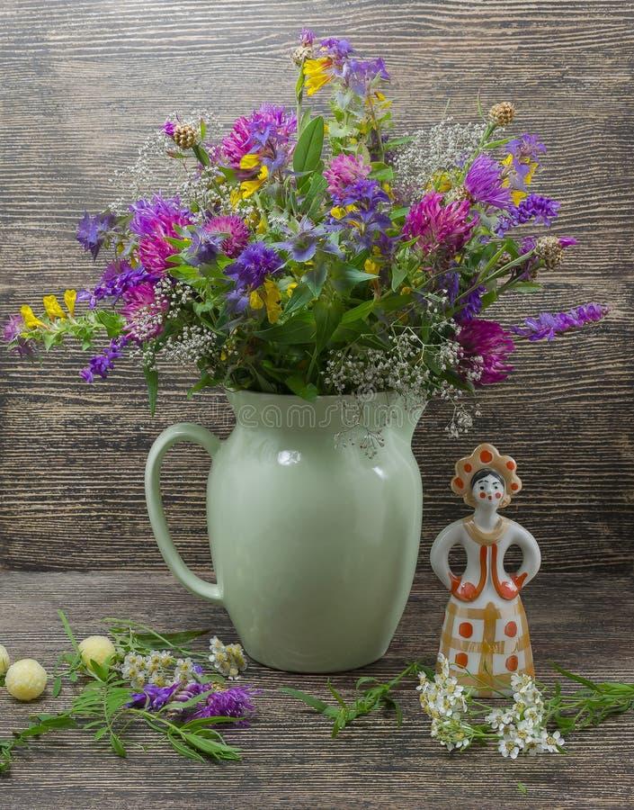Stilleben blommor, en bukett av blommor i en vas med objekt fotografering för bildbyråer