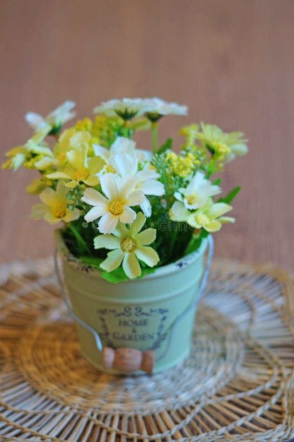 Stilleben - blommor i en kruka arkivfoto