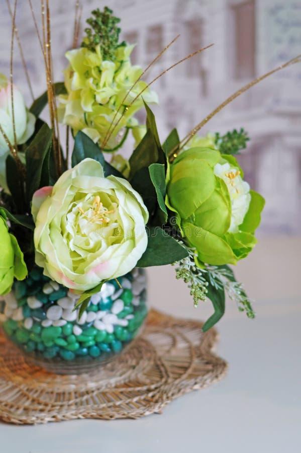 Stilleben - blommor i en vas fotografering för bildbyråer