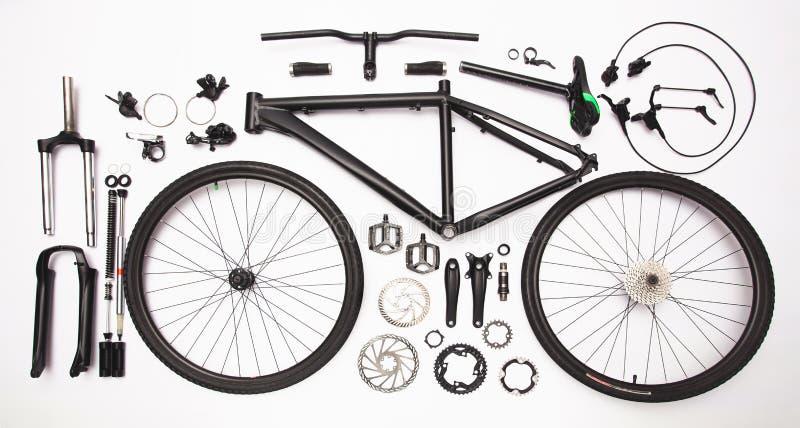 Stilleben för bästa sikt av cykeldelar och utrustning på viten arkivbilder