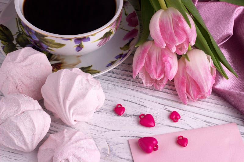 Stilleben för dag för valentin` s elegant med tulpanblommakoppen av tecknet för form för hjärta för coffemarshmallow det röda på  arkivbild