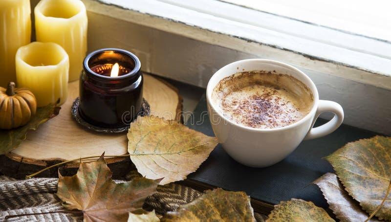 Stilleben för höstkaffekopp med stearinljus, torkad sidor och gammalt royaltyfria bilder
