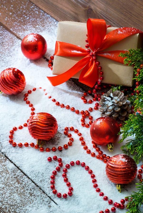 Stilleben för ` s för nytt år med leksaker för gåvaask och för för granträdfilial och ferie på vit snö royaltyfria bilder