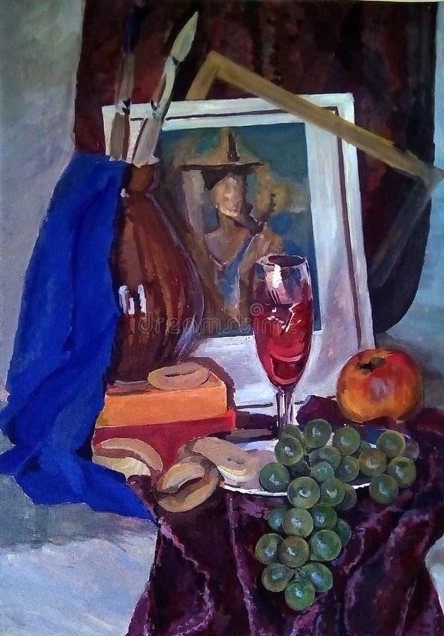 Stilleben gjorde i gouache på papper En grupp av druvor, ett äpple, baglar, vin i ett exponeringsglas, en tillbringare och andra  arkivfoton