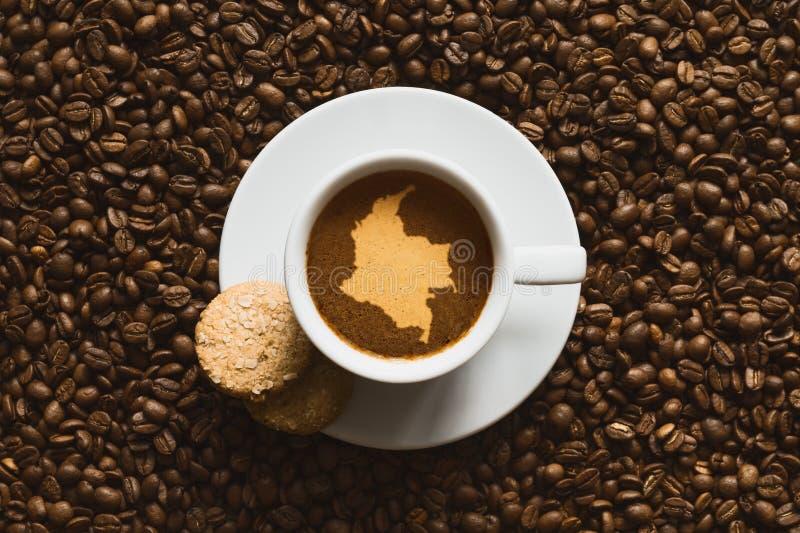 Stilleben - kaffe med översikten av Colombia royaltyfria bilder