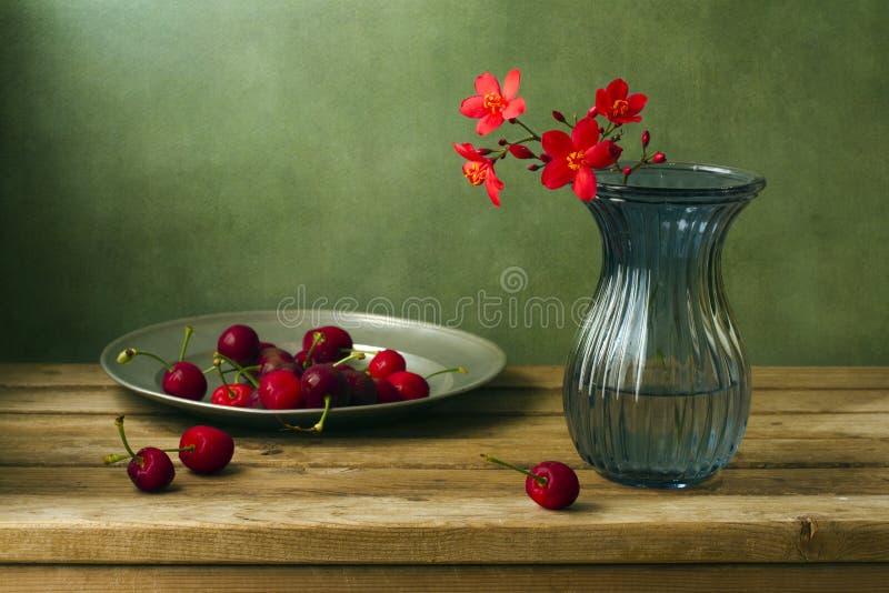 Stilleben med blommor och Cherry fotografering för bildbyråer