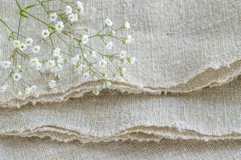 Stilleben med buketten blommar på linneborddukar royaltyfri fotografi