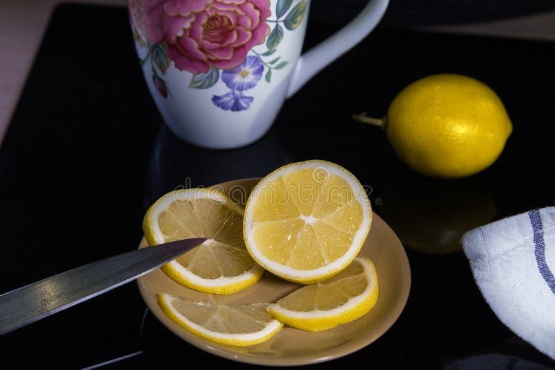 Stilleben med citroner och koppen royaltyfria bilder