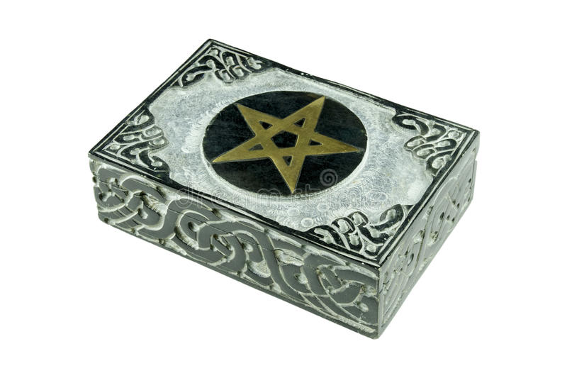 Stilleben med den esoteriska mystikerasken för stängd sten med sniden teckenpentagram och isolerade prydnader arkivfoto