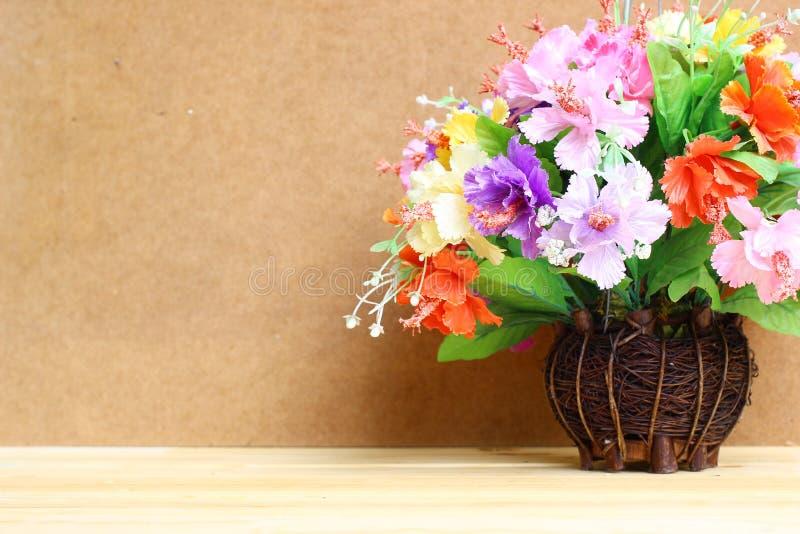 Stilleben med den färgglade blommagruppen i den wood vasen på trätabell- och kopieringsutrymme royaltyfri foto