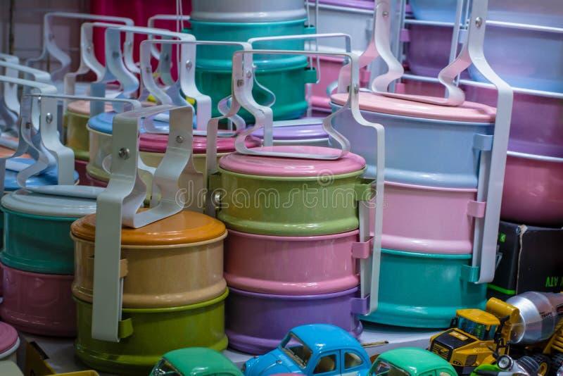 Stilleben med den färgrika retro matbäraren royaltyfri foto