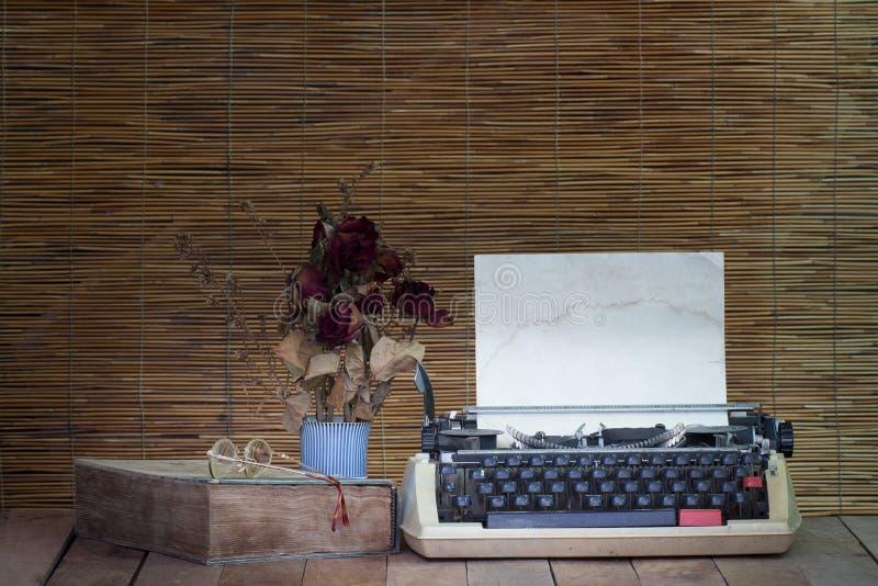 Stilleben med den gamla skrivmaskinen, boken, glasögon med torrt steg arkivfoton