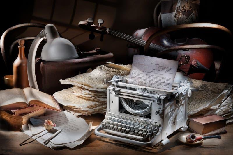 Stilleben med den maskinskrivningmaskinen och violoncellen royaltyfria bilder
