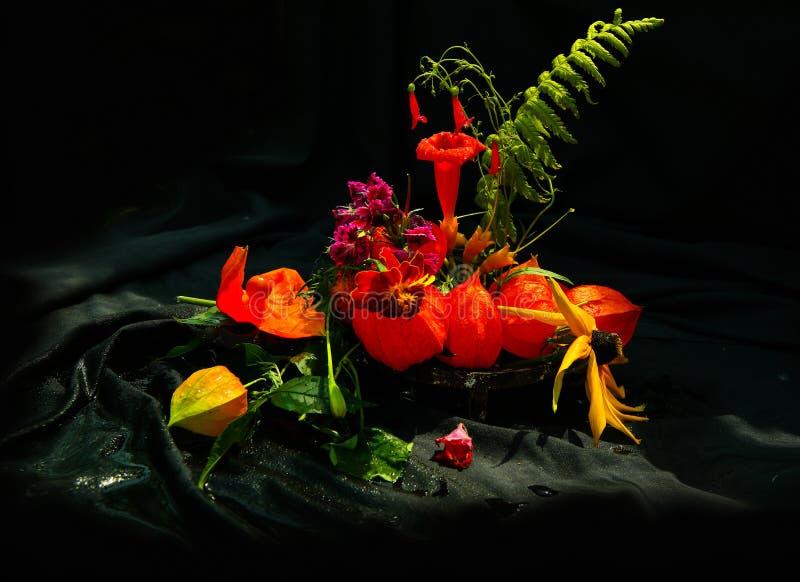 Stilleben med en bukett av lösa blommor fotografering för bildbyråer
