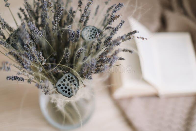 Stilleben med en bukett av torkade blommor och en bok p? tr?bakgrund Provence och lantlig stil, b?sta sikt som ?r flatlay fotografering för bildbyråer