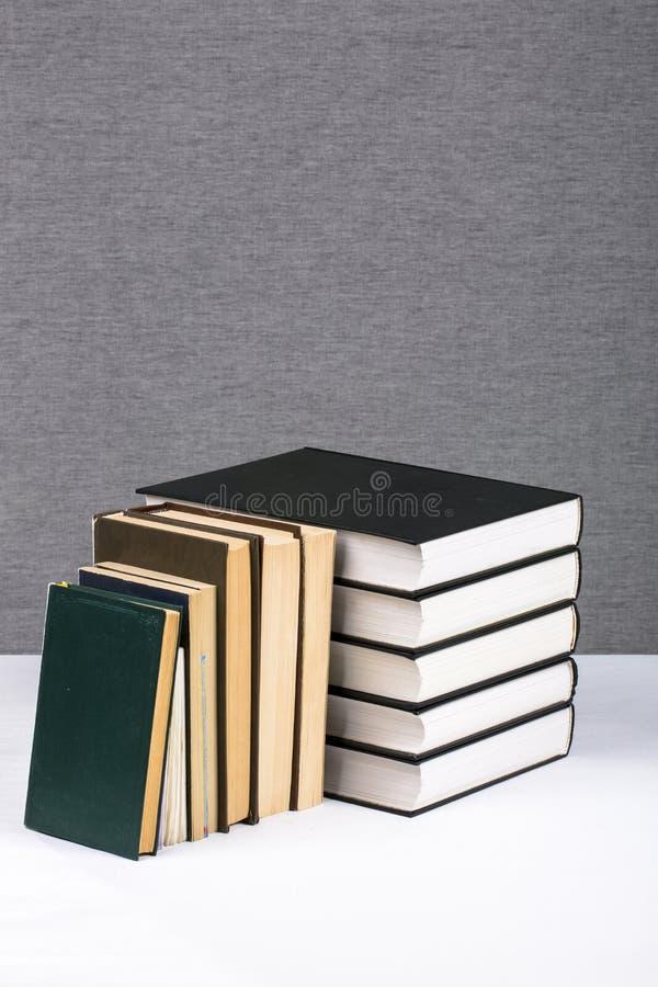 Stilleben med en bunt av nya och gamla böcker royaltyfri bild