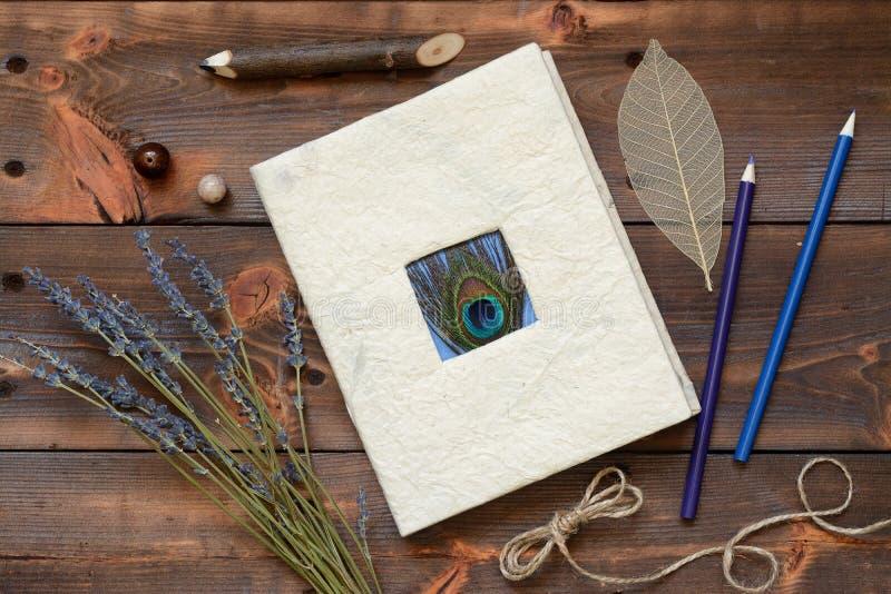 Stilleben med en dagbok och blyertspennor arkivbild
