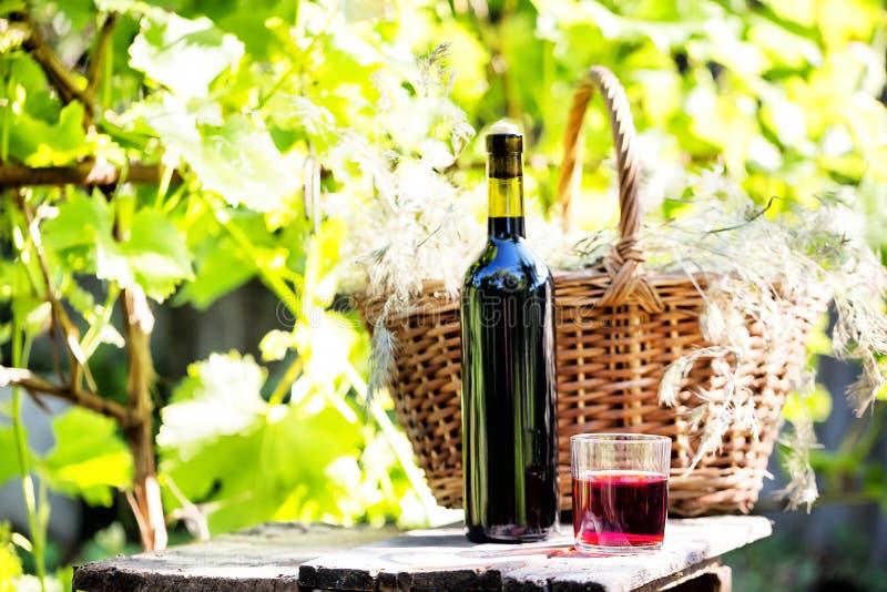 Stilleben med en flaska och ett exponeringsglas av vin royaltyfri foto