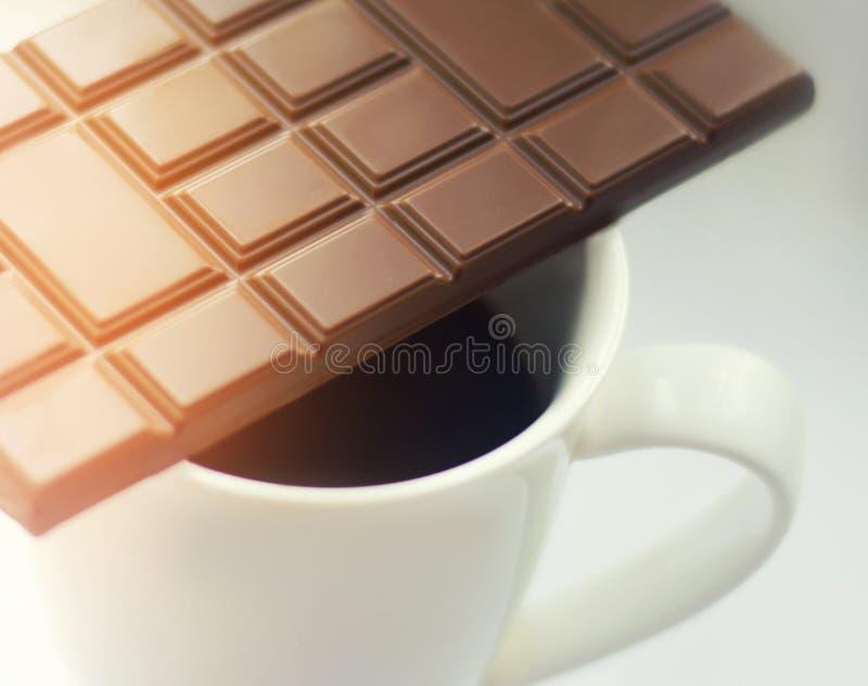 Stilleben med en kopp kaffe med mjölkar choklad arkivfoto
