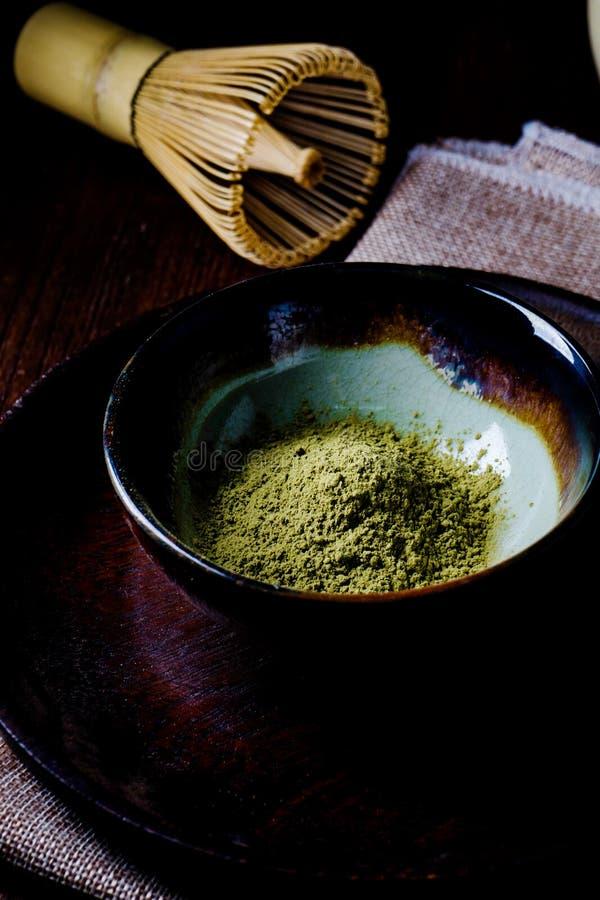 Stilleben med grönt te och japansk tråd viftar gjort av bambu royaltyfria bilder