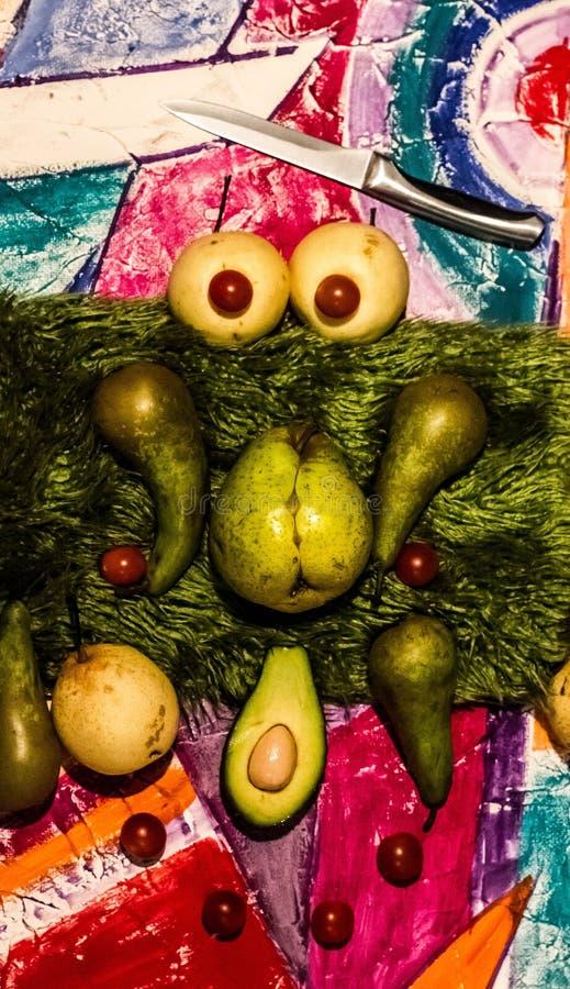 Stilleben med gr?n och gul frukt h?rliga nya frukter i m?rkret mystiska gr?na frukter p? svart bakgrund royaltyfri fotografi
