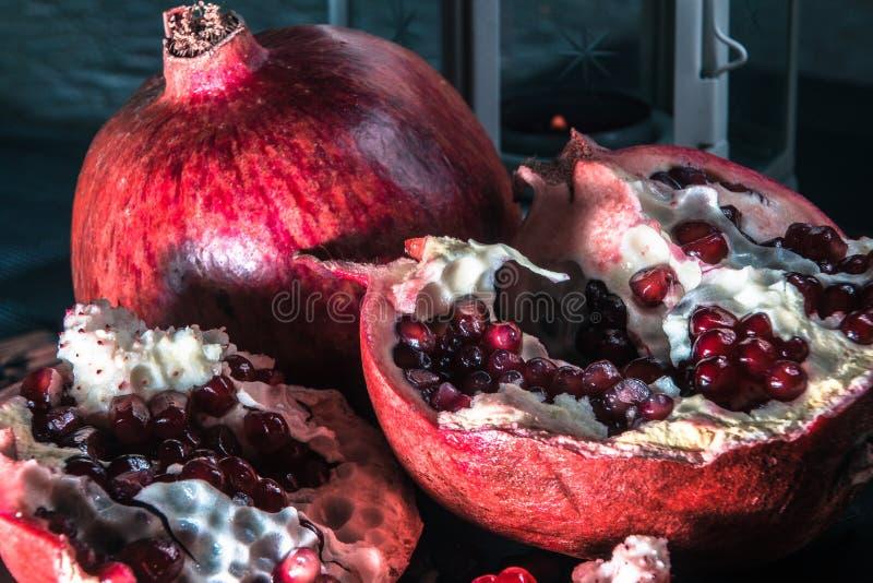 Stilleben med granatäpplet och lyktan arkivfoto
