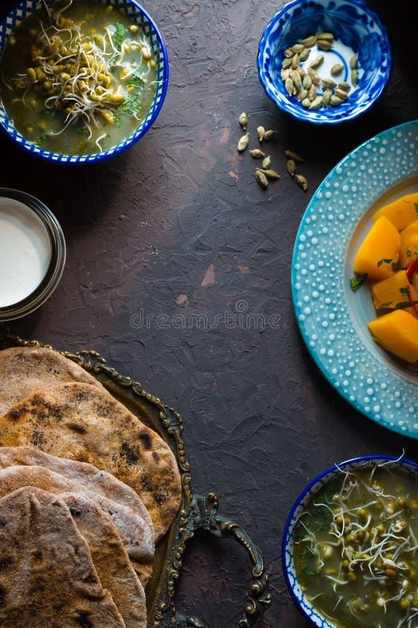 Stilleben med indisk mat på den mörka bakgrunden fotografering för bildbyråer