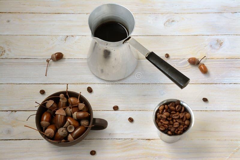 Stilleben med kaffe och ekollonar royaltyfri bild