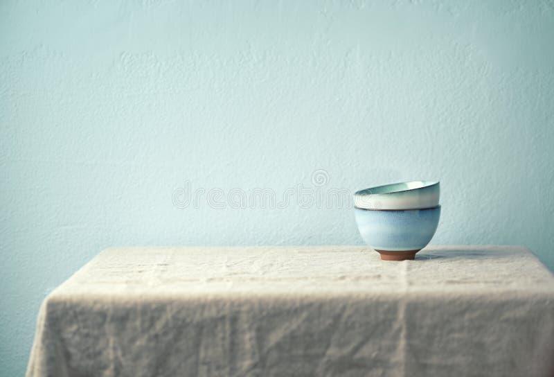 Stilleben med keramiska bunkar på en tabel som läggas med en linnetorkduk Kulinariskt begrepp arkivbild