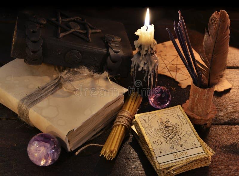 Stilleben med magiobjekt och tarokkorten royaltyfria bilder