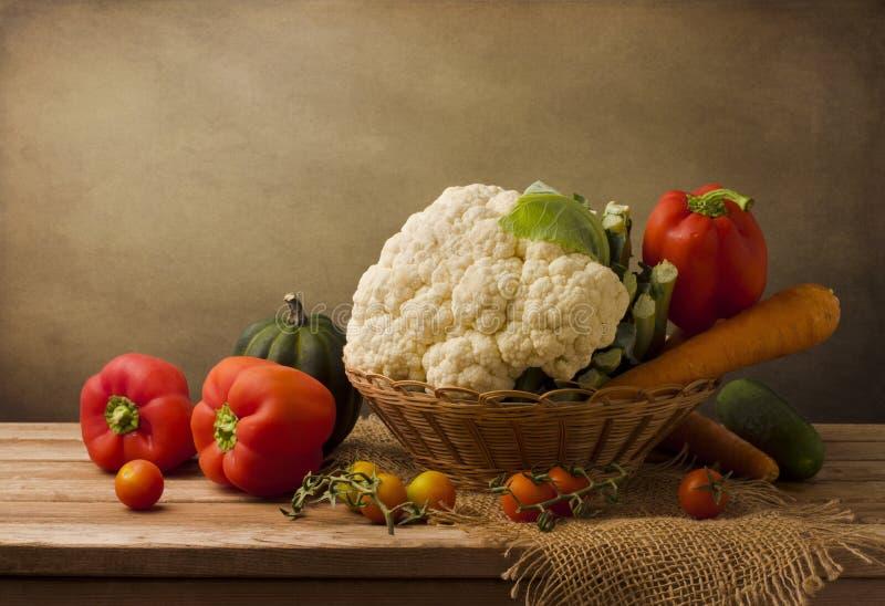 Stilleben med nya grönsaker royaltyfria bilder